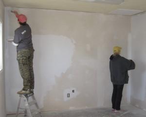 Нужно ли грунтовать стены перед покраской, шпаклевкой, штукатуркой и поклейкой обоев?