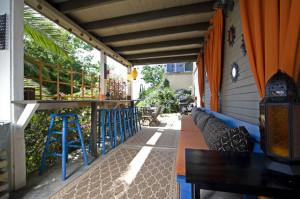 Садові будиночки з верандою, фото. Красиві прибудови веранди до садового будиночка, проект.